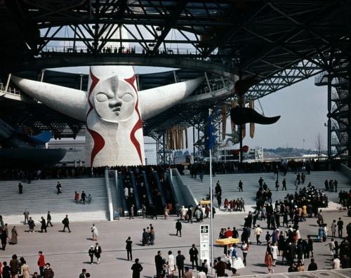 大阪万博当時(1970年)の太陽の塔とお祭り広場。丹下健三が設計したお祭り広場の大屋根から頭が飛び出す形で太陽の塔が立っていた(写真:大阪府)