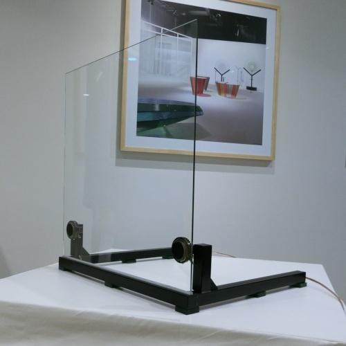 3月7日にAGC旭硝子の記者発表が行われた。写真は発表会場に置かれたサンプル。ミラノで展示する「音を生むガラス」は、約1m2の大きさを予定している(撮影:氏家 裕子)