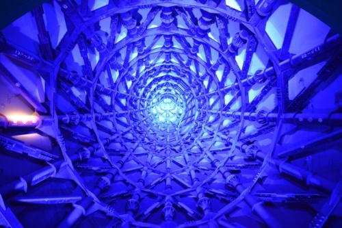 公開直前の2月27日、太陽の塔を取材した。写真は左腕の内部で、一般公開時を想定して照明を点灯した様子を撮影した(撮影:菅原 由依子)