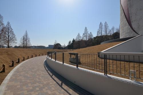 塔の足元には、新たに歩道を整備した。芝生の丘(写真左手)に囲われて遠くからは見えないつくりとし、景観の保存に配慮した(撮影:菅原 由依子)