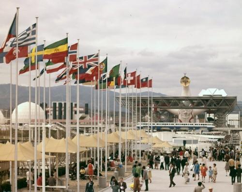 1970年大阪万博当時の写真。会場ほぼ中央を「シンボルゾーン」が南北に貫いていた。写真奥には、広場を埋め尽くすように大勢の人がいるのが見える(出所:大阪府)