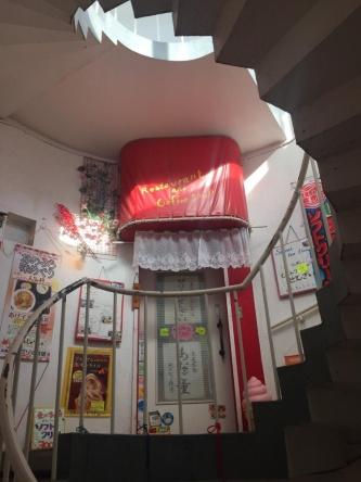 展望台の内部にある階段。展望スペースに上がるためには、この階段を登らなければならない。階段の途中には飲食店があった(撮影:菅原 由依子)