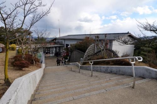 階段の下に見えるのが、ロープウエー乗り場と券売所。展望台へは階段が続いており、撮影しているときには女性が杖をつきながらゆっくりと下りていた(撮影:菅原 由依子)