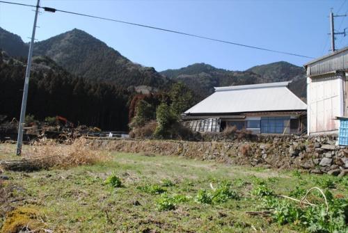 現状の古民家の外観。築120年。元のかやぶき屋根は金属ぶき屋根で覆われている(写真:納谷建築設計事務所)