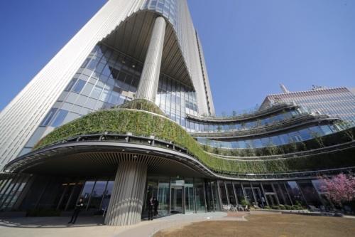 東京・日比谷で3月29日、「東京ミッドタウン日比谷」が開業した。地上6階に設けた屋上庭園「パークビューガーデン」から見上げた様子。6階の庭園には誰でも入ることができ、イベントの開催なども想定している(撮影:安川 千秋)
