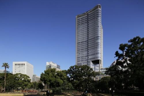 日比谷公園から見る「東京ミッドタウン日比谷」。カーブを描く外観が特徴。建物のマスターデザインアーキテクトは、英国の設計事務所ホプキンスアーキテクツ(撮影:安川 千秋)