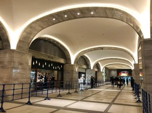 地下1階には、「日比谷アーケード」と呼ぶ通路を設けた。通路に面して、スイーツや惣菜などの店舗が並ぶ。地下鉄日比谷駅に直結しているので、アクセスしやすい(撮影:菅原 由依子)