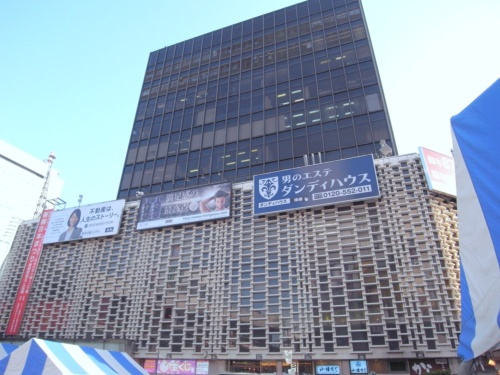 JR新橋駅前に立つ「ニュー新橋ビル」。1971年竣工。設計者は松田平田坂本設計事務所(現・松田平田設計)。東京都が3月29日に発表した旧耐震基準で建てられた大規模建築物の耐震診断で、安全性の評価「Ⅰ」(大規模地震の震動で倒壊・崩壊の危険性が高い)に分類された(写真:日経アーキテクチュア)
