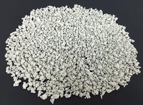 再生樹脂を主原料とする粒状樹脂(写真:フクビ化学工業、戸田建設)