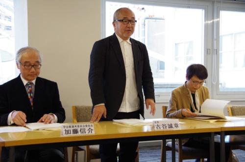 日本建築学会の記者発表の様子。左から加藤信介氏(副会長)、古谷誠章氏(会長)、岩田利枝氏(教育賞選考委員長)。(写真:日経アーキテクチュア)