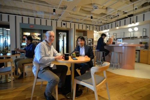 WeWorkの日本第1号拠点に入居したITベンチャー企業ウフルの園田崇社長(右)とプロダクト開発本部ディレクターのエリック・ウルフ氏(左)。WeWorkを利用するメリットを聞いた