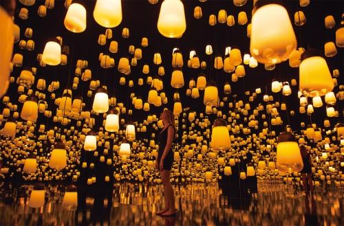 チームラボがフランス・パリ「メゾン・エ・オブジェ」展に出展した2016年の作品「Forest of Resonating Lamps - One Stroke」。後述するMORI Building DIGITAL ART MUSEUM: EPSON teamLab Borderlessの展示作品となる(写真:Eric Valdenaire)