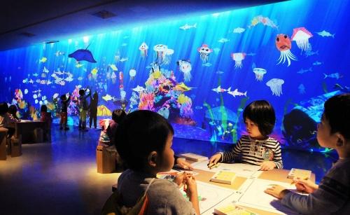 チームラボの代表的プロジェクトである未来の遊園地の「お絵かき水族館」。後述するMORI Building DIGITAL ART MUSEUM: EPSON teamLab Borderlessの展示作品となる(出所:チームラボ)