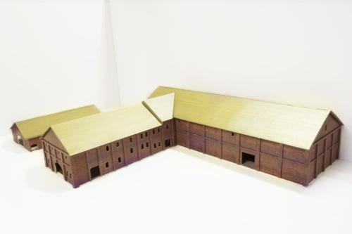 「弘前市芸術文化施設(仮称)」の模型写真。金属製屋根を既存屋根の上に架ける(写真:ATELIER TSUYOSHI TANE ARCHITECTS)
