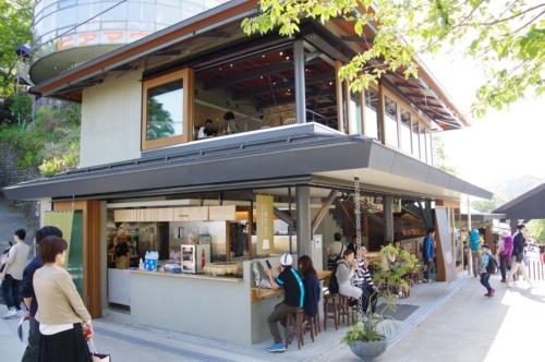 高尾山ケーブルカーの山上側「高尾山駅」の前に立つ売店施設に大規模模様替えを実施。4月1日にオープンした。新商業施設名は「高尾山スミカ」。後ろに見える円形の建物は「高尾山展望レストラン」(写真:日経アーキテクチュア)