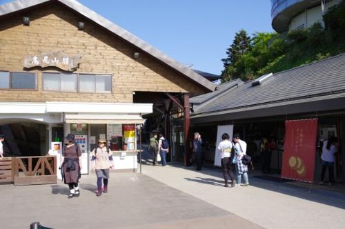 高尾山駅正面の広場から見た、高尾山駅(左)と高尾山スミカ(右)。2つの建物の間を通って登山道に出られる(写真:日経アーキテクチュア)