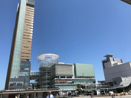 左に見えるのが、高松駅前広場から望む「サンポート高松」のシンボルタワー。サンポート高松の北側街区が新香川県立体育館の建設予定地だ(写真:日経アーキテクチュア)