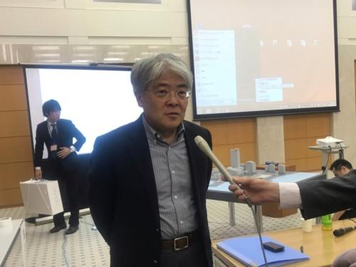 評価委員長を務める京都工芸繊維大学の松隈洋教授。「発表を行った5者は、それぞれの方向に極端によくできた案を持ち寄っているので、審査としては苦労する」と語った(写真:日経アーキテクチュア)