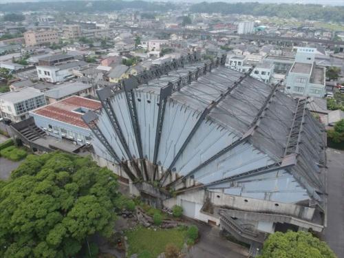 東側から見下ろした旧都城市民会館の全景。1966年の竣工当初は、外部鉄骨のまわりに耐火被覆のモルタルが張られていた(写真:齋藤 信吾)