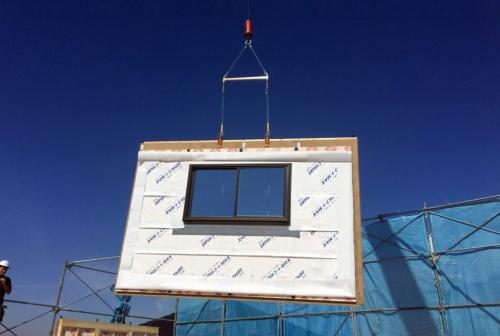 〔写真2〕パネルはクレーンで吊り上げて施工する。パネルを運搬するトラックとクレーン車が現場まで入れることがこのサービスの適用条件となる(写真:ウッドステーション)