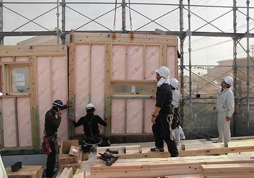 〔写真3〕ウッドステーションはパネルの組み立てに関する技術指導も行う。引き渡し時には玄関ドアも設置しているため、施錠して防犯対策もできる(写真:ウッドステーション)