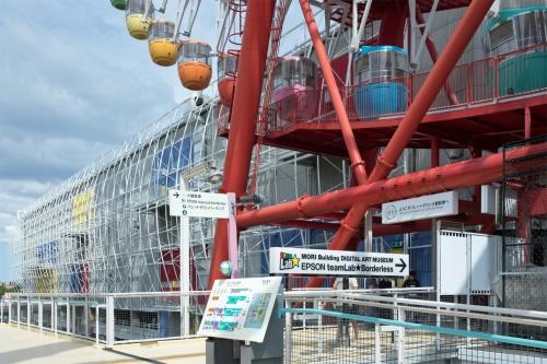 東京・お台場のパレットタウン内にオープン。パレットタウン大観覧車下、写真右手にエントランスがある。パレットタウンは、森ビル、三井物産などが事業主体となって1999年に開業した大規模商業施設。今回、屋内型のアミューズメント施設「東京レジャーランド」として営業していた建物を改修した。なお、山下PMC(東京・中央区)が、企画から工事段階までのプロジェクトマネジメント業務に参画し、建物本体の改修から作品展示に至るまでの各種発注支援を担当したと発表している(写真:西田 香織)