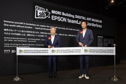 6月21日のオープニングセレモニーの様子。左は森ビルの辻慎吾代表取締役社長、右はチームラボの猪子寿之代表。辻社長は、「このミュージアムに3つの思いを込めた。第1は、世界に類のないミュージアムをつくり、東京の磁力を高めること。第2に、東京から世界へ、最先端の現代アートを発信すること。そして第3に、子どもたちに新しい学びの機会を提供すること」とコメントしている(写真:森ビル デジタルアート ミュージアム:エプソン チームラボ ボーダレス/チームラボ)