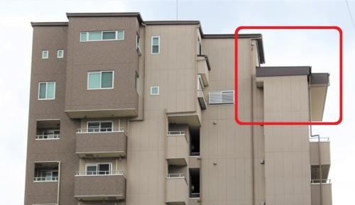 是正後のマテリアル菅原。2018年8月に撮影。建築基準法に違反する部分が除却された(赤枠の部分)。オーバーハングした違反部分は構造計算などをしていなかった(写真:日経アーキテクチュア)