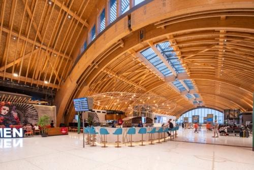 フィリピン・セブ島にオープンした第2ターミナルの飲食エリア。最南部の出発ゲートラウンジ方向を見る(写真:Marcel Lam Photography)