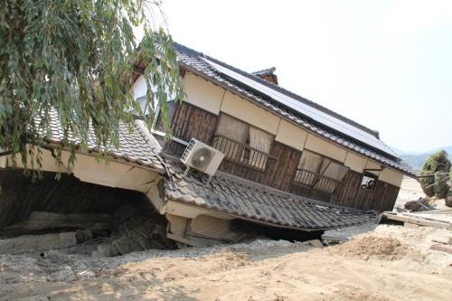 堤防の決壊が招いた浸水で損壊した岡山県倉敷市真備町の住宅。2018年7月に西日本を中心に襲った豪雨は、洪水対策のあり方を見直す契機になった(写真:日経ホームビルダー)