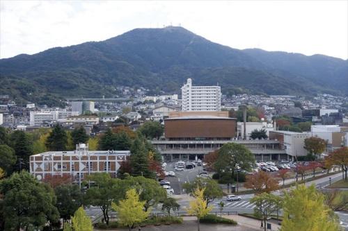 2014年11月に撮影された遠景。市民会館の左下に見えるのは、やはり村野藤吾が設計し、1955年に竣工した旧図書館。市民会館同様16年3月に閉館し、すでに解体されて現存しない(写真:笠原 一人)