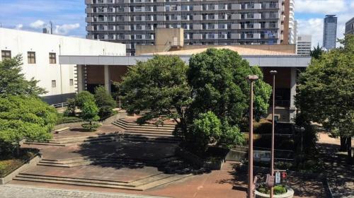 現在の市立埋蔵文化財センター。鉄筋コンクリート造3階建て。1983年に考古博物館として開館、2002年に市立自然史・歴史博物館に統合されたのち、全館を埋蔵文化財センターとした(写真:萩原 詩子)