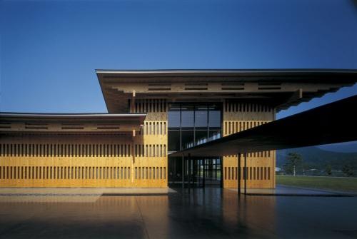 世界遺産である熊野古道を中心とした地域振興施設の「熊野古道センター」。2007年2月に開館した。展示棟など3棟で、建築物や建築設備などに関する定期点検を実施していなかった。定期点検が義務付けられた2005年から一度も点検をしていない県有施設は100棟を超える(写真:車田 保)