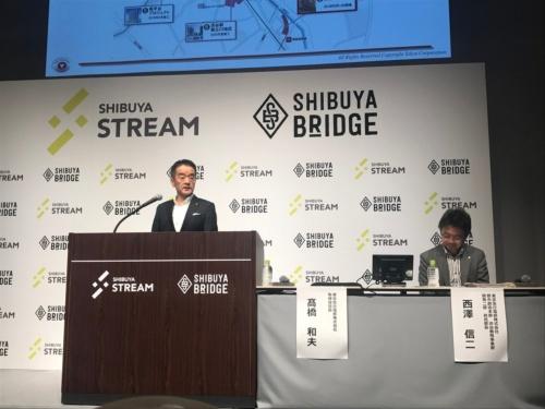 9月5日に渋谷ストリームで開かれた記者会見の様子。壇上に立つのが、東京急行電鉄の高橋和夫社長(写真:日経アーキテクチュア)