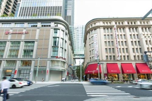 西側の中央通りから見る。右が重文の本館(B街区)、左が9月25日にオープンする日本橋高島屋S.C.新館(C街区)。2棟の間にガレリアを設けた(写真:高島屋)