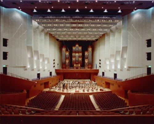 1980~90年代にかけては、日本の経済成長が著しく、全国各地でホールや劇場などが建設された。写真は90年に完成した「東京芸術劇場」で、芦原建築設計研究所が設計した(写真:永田音響設計)