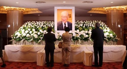 9月26日に開かれたお別れ会でエントランスホールに設置された献花台。多くの建築関係者や音楽関係者などが訪れ、永田氏との別れを惜しんだ(写真:日経アーキテクチュア)