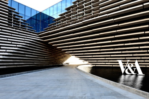 英・ダンディー市で9月15日にオープンしたV&Aダンディー美術館。隈研吾氏が設計を手掛けた。写真はエントランスのある側から見た外観(写真:武藤 聖一)