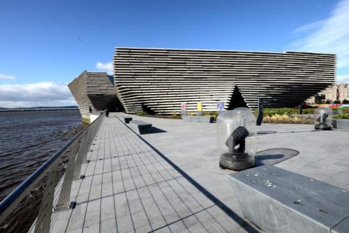テイ川の岸辺の散策道と公園側から見た美術館外観(写真:武藤 聖一)