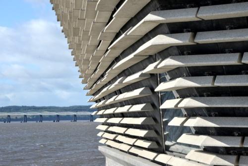 外壁には、プレキャストコンクリートのパネルを取り付けている。パネルはそれぞれ形状や長さが少しずつ異なる(写真:武藤 聖一)
