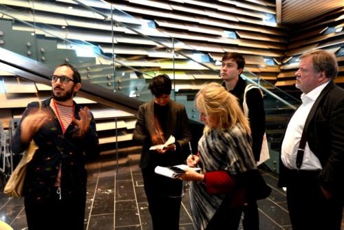 ローカルアーキテクトPiM. Studio Architects(英・ロンドン)のMaurizio Mucciola氏が、記者たちに説明していた。写真の左に立つのが、Mucciola氏(写真:武藤 聖一)