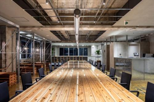 JR新宿駅近くに立つ築39年のオフィスビルの一部をシェアオフィスに改修。事業主は新線新宿開発で、企画、プロデュースなどをリビタが手掛けた。基本計画・デザイン監修はサポーズデザインオフィス、設計監理は南條設計室、クリエイティブ・アートディレクションはPOOL、WEBディレクションはタシリンゴが担当した(写真:リビタ)