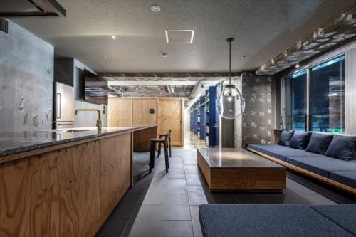 7階のリビング・ダイニング。フリーデスクやブースデスクが並ぶフロアに併設している。写真左側がキッチンで、右の窓からはバスタ新宿が見える(写真:リビタ)