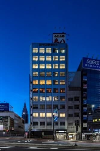 建物外観の夕景。写真左方向に商業施設「NEWoMan(ニュウマン)」が立つ(写真:リビタ)