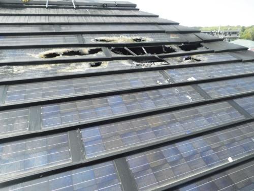 日経ホームビルダーが2018年1月号で報じた火災事例。戸建て住宅に設置されたシャープ製の屋根一体型の太陽電池パネルから出火。屋根の一部が焼け抜ける火災に発展した。瓦の一部がパネルに重なり、継続的にホットスポット現象が起こっていたことが原因とみられている(写真:川崎市消防局)