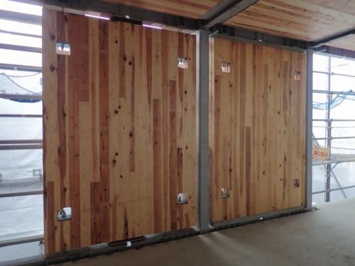 建設中の「兵庫県林業会館」に取り付けたCLT耐震壁。右側のCLTは上下端部と鉄骨梁の間に無収縮モルタルを充填済みだ。CLT耐震壁は厚さ210mm(5層7プライ)(写真:竹中工務店)