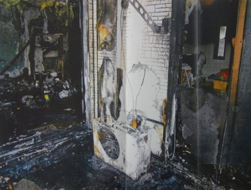 火災発生後の現場。建物は1階が教会で、2階は牧師の家族の居住スペースになっていた。外壁は窯業系サイディングだった。裁判所は出火場所を2階ベランダと認定したうえで、「ベランダには室外機以外に発火源となるものがない」と指摘した(写真:中村総合法律事務所)