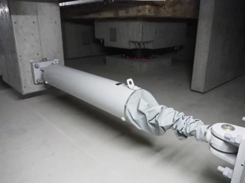 カヤバシステムマシナリー製の免震用オイルダンパー(写真:日経アーキテクチュア)