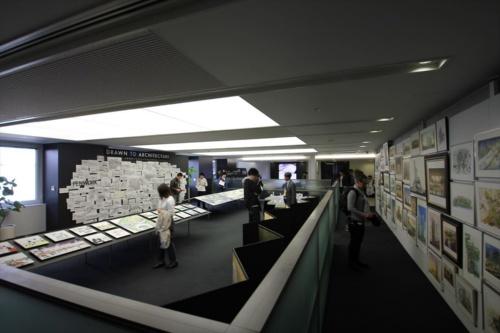 4階ロビーで開催したイラストレーションスタジオ展 「DRAWN TO ARCHITECTURE」の様子(写真:日経アーキテクチュア)