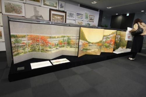 屏風に描かれた日本画のようなイラストも。大阪オフィスの某設計者のこだわりが詰まったプレゼンパネルだ(写真:日経アーキテクチュア)